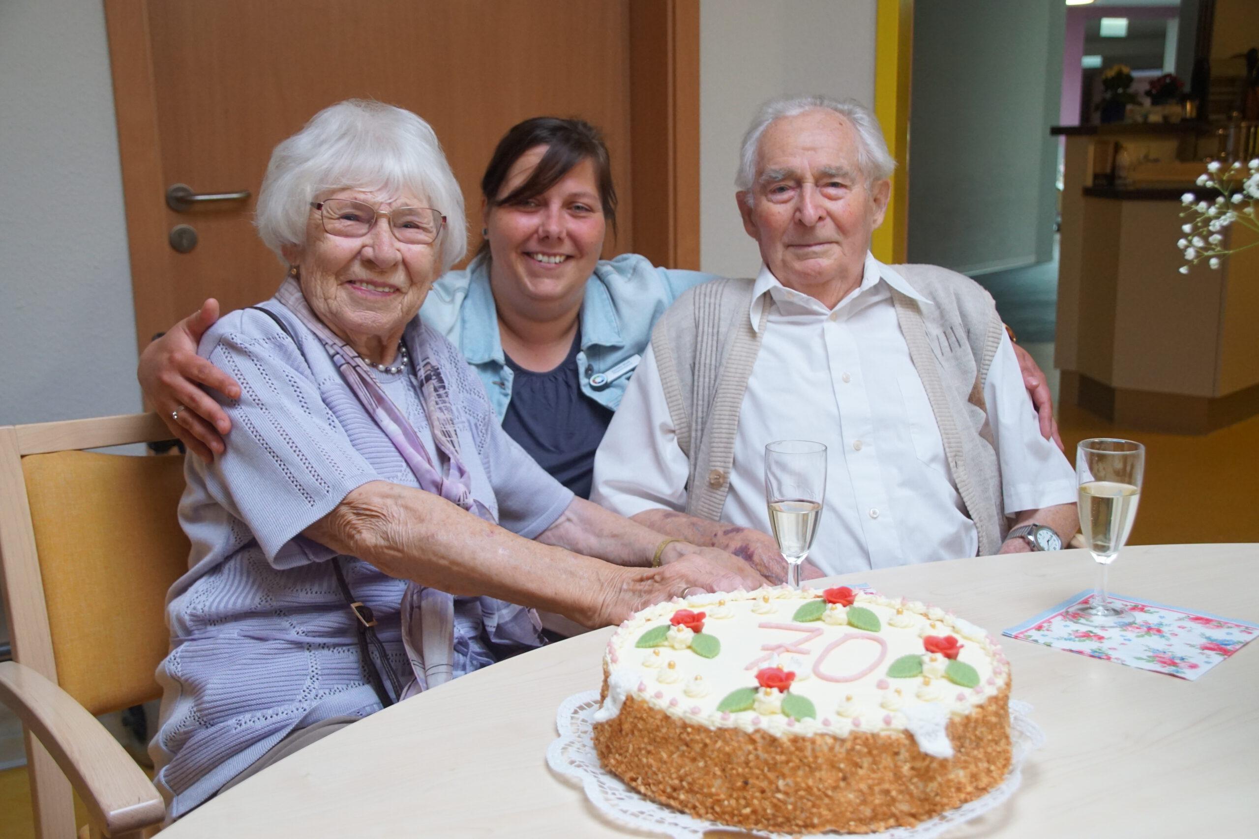 Daniela Wolff, Pflegedienstleiterin im Wohnpark Tangerhütte, gratuliert Gisela und Günter Schwentesius zum 70. Hochzeitstag. Foto: Fabian Biastoch