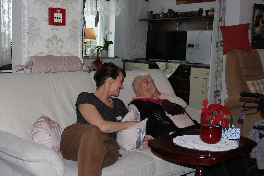 Sophia Stricker mit einem Bewohner im Wohnpark Darlingerode