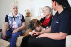 Katja Helmholz mit Jackson bei zwei Bewohnerinnen