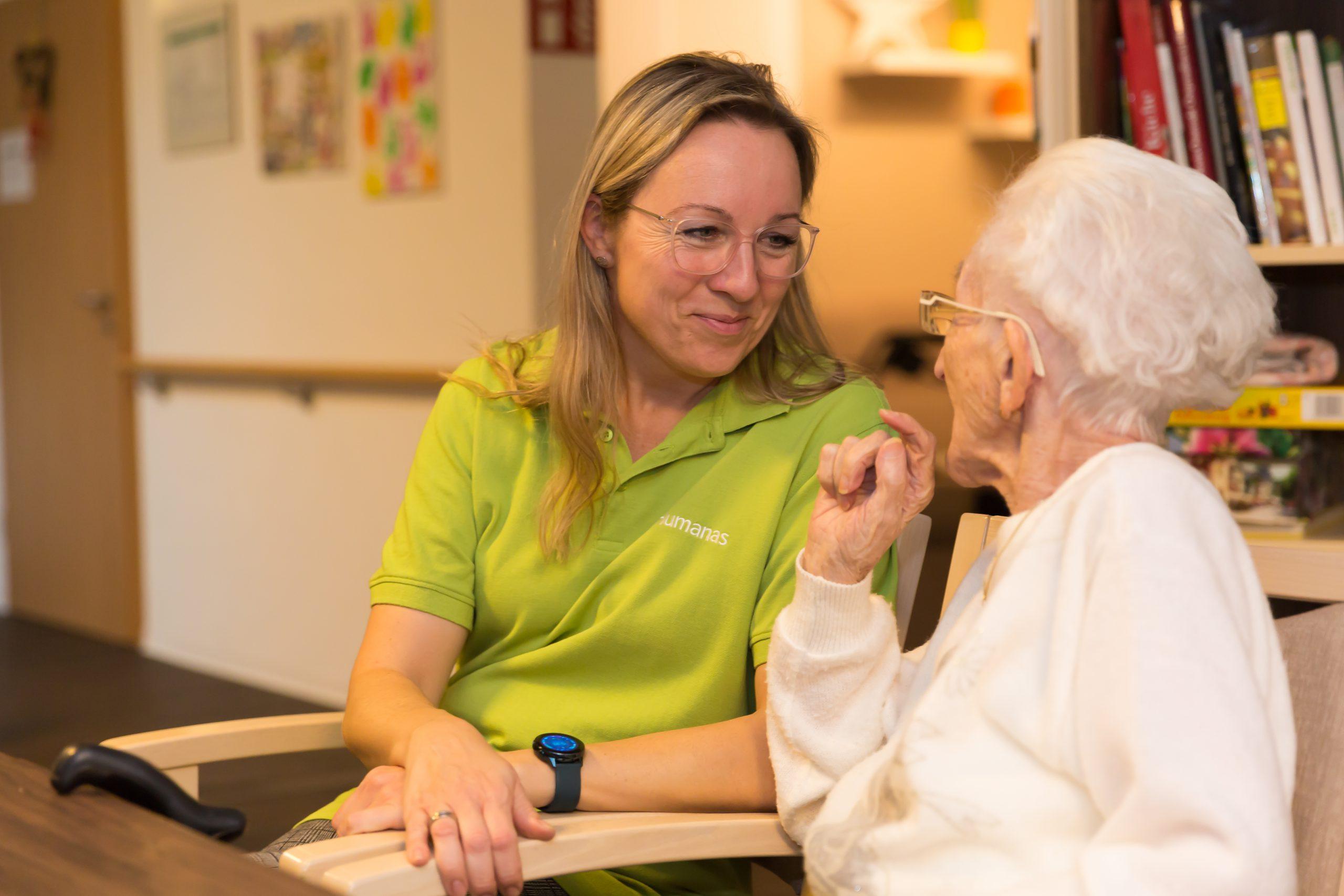 Katrin Lindgreen (li.) ist Pflegedienstleiterin im Wohnpark Colbitz.